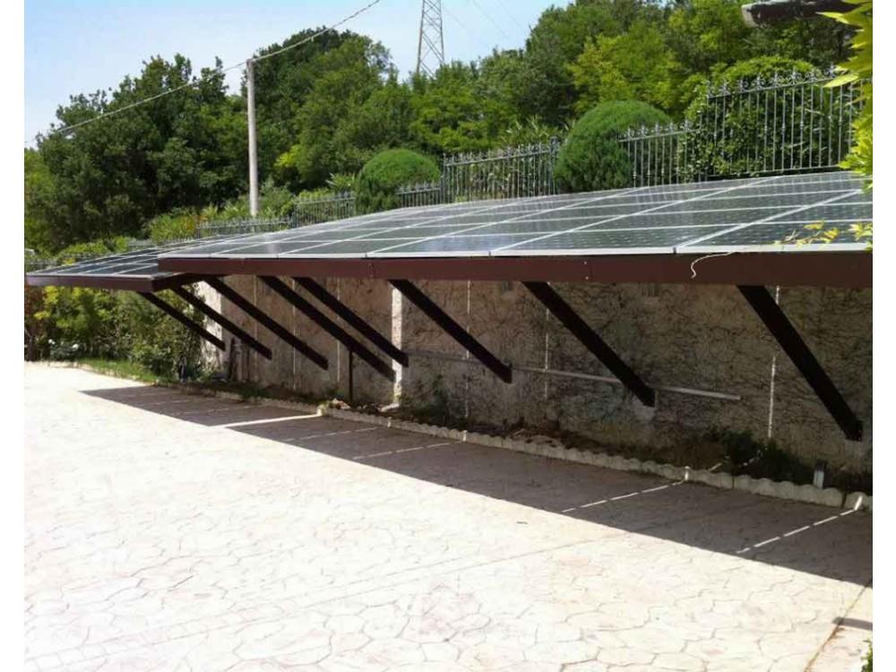 Tettoia di copertura per auto con pannelli fotovoltaici