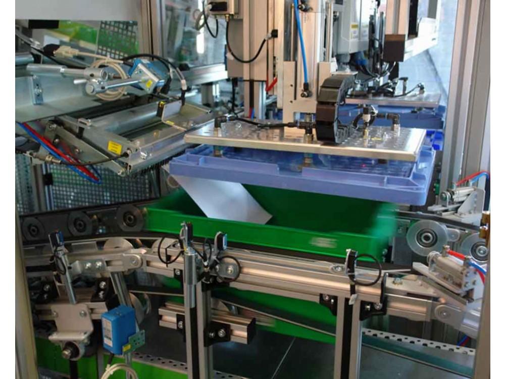 Sistema di movimentazione automatico per contenitori