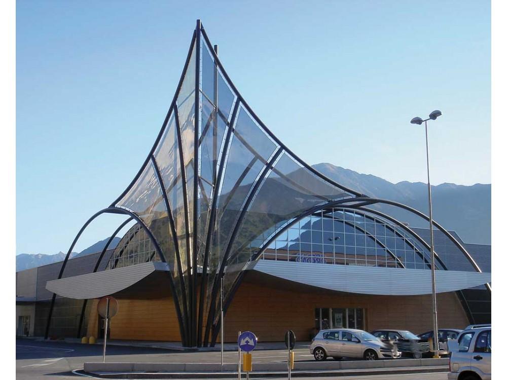 Struttura architettonica esterna in carpenteria metallica portante e copertura trasparente
