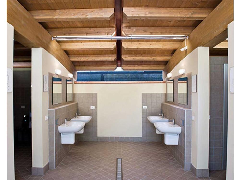 Allestimento di bagni e spogliatoi per strutture ricettive