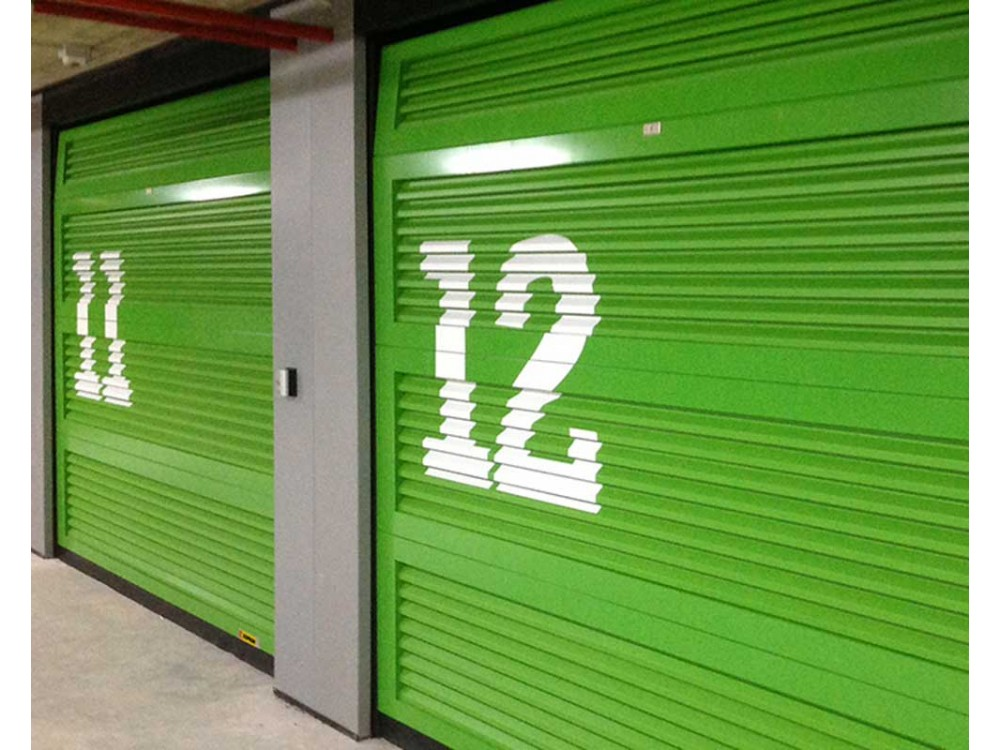 Portoni sezionali con pannelli alettati per garage collettivi