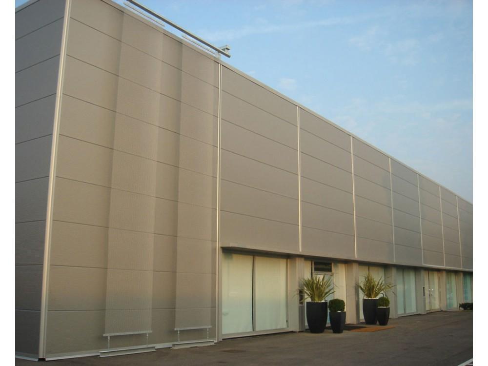 Facciata di edificio industriale rivestita con pannellalture di alluminio