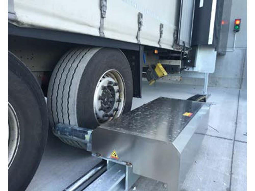 Sistema idraulico di sicurezza per il bloccaggio automatico delle ruote