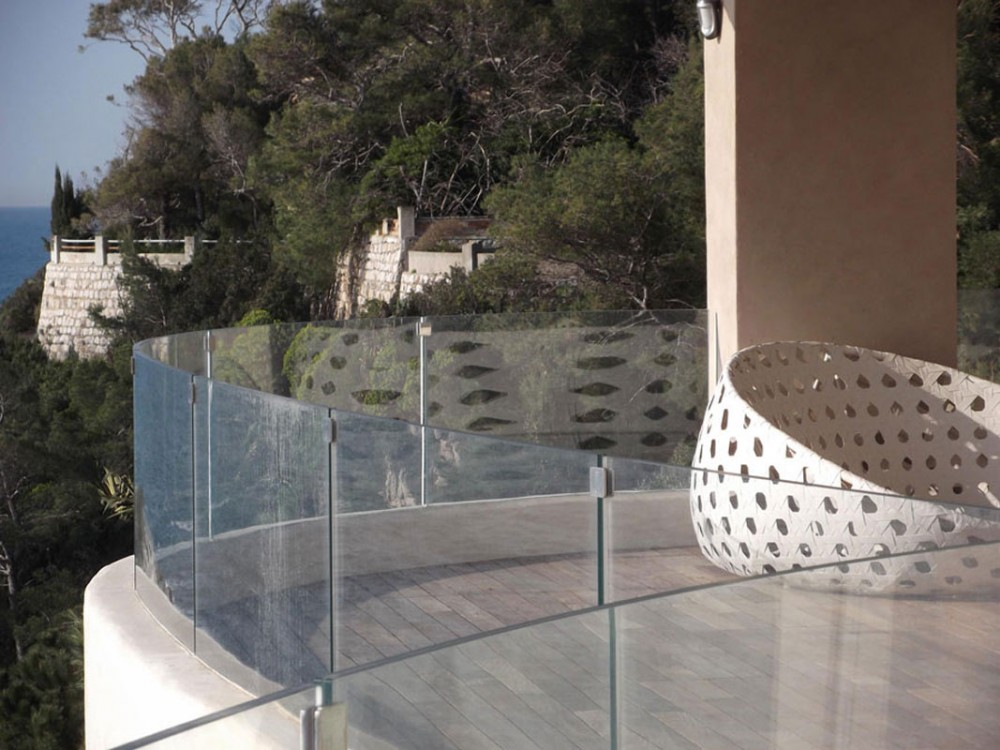 Parapetto in vetro rinforzato e acciaio