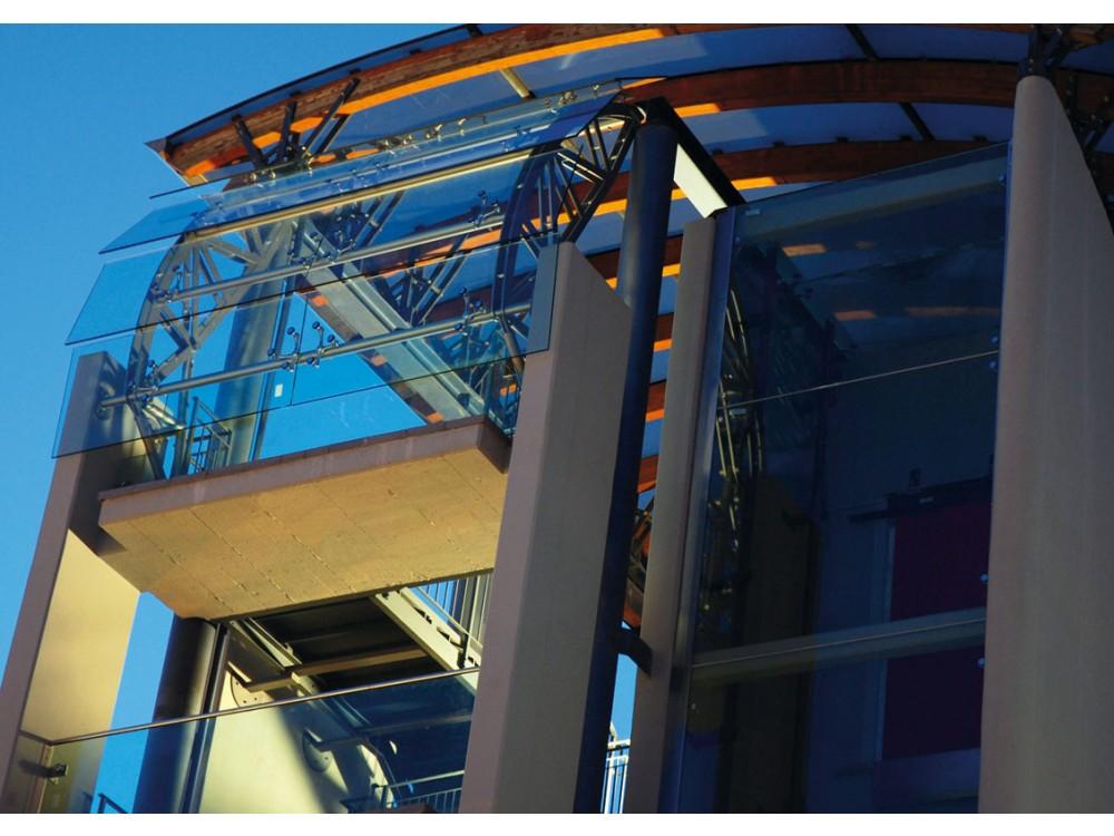 Facciata strutturale in vetro e acciaio