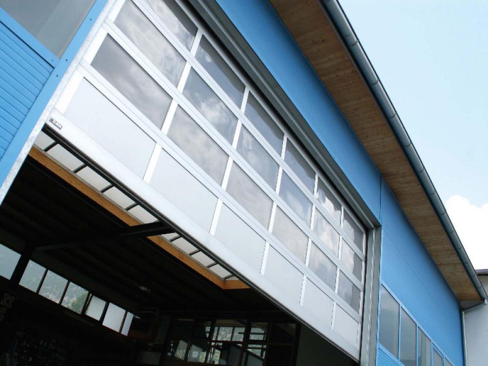 Portone sezionale in alluminio vetrato o grigliato Luxor