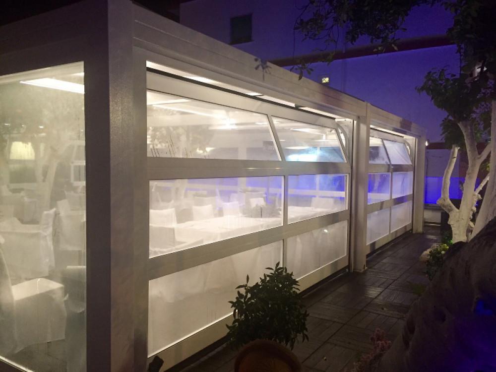 Portone sezionale vetrato in alluminio a grandi sezioni Lux