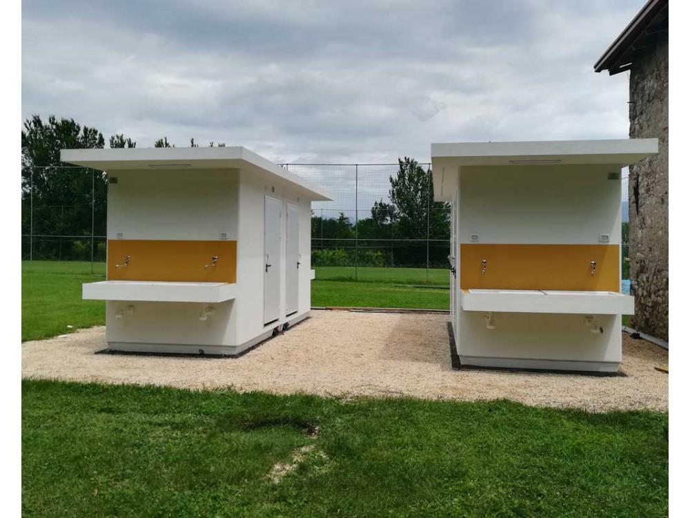 Allestimento di bagni pubblici prefabbricati per campeggi