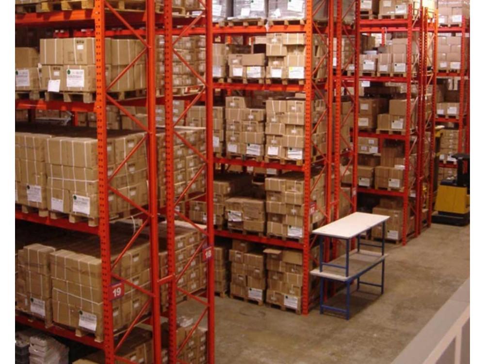 Scaffalature componibili di media portata in area magazzino