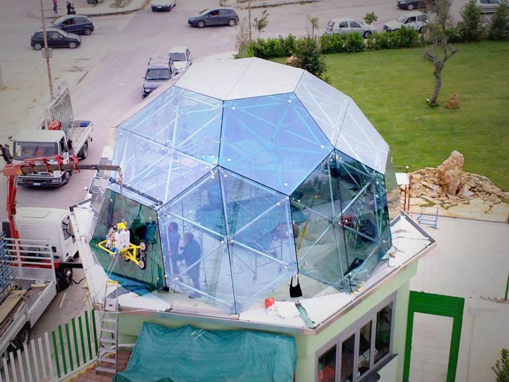 Copertura con struttura in acciaio e vetro su misura per la zona ristoro del campo sportivo di Enna