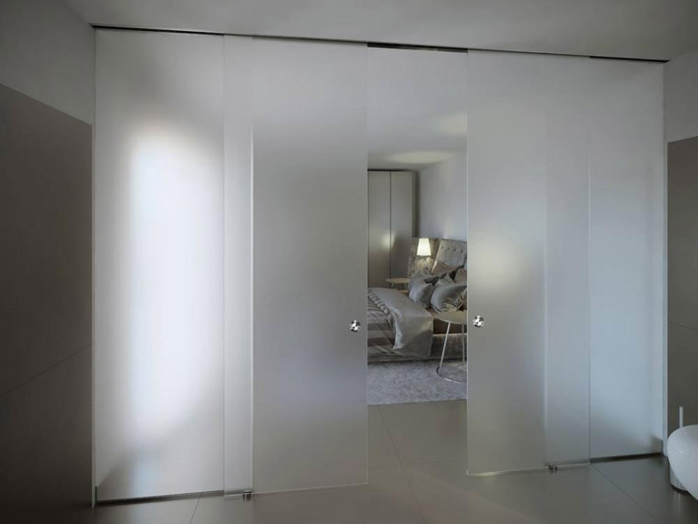 Parete divisoria in cristallo con porta scorrevole