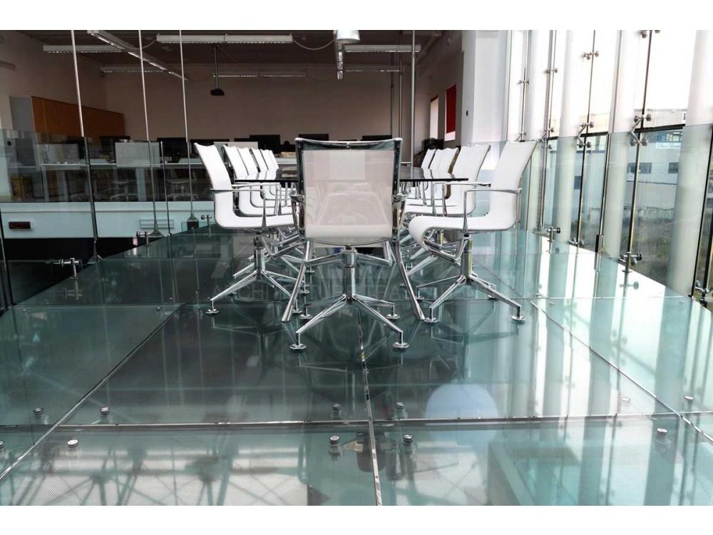 Soppalco sospeso con pavimentazione in vetro