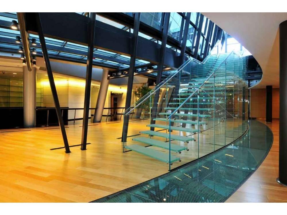 Scala in vetro temperato stratificato extra chiaro per un edificio uffici