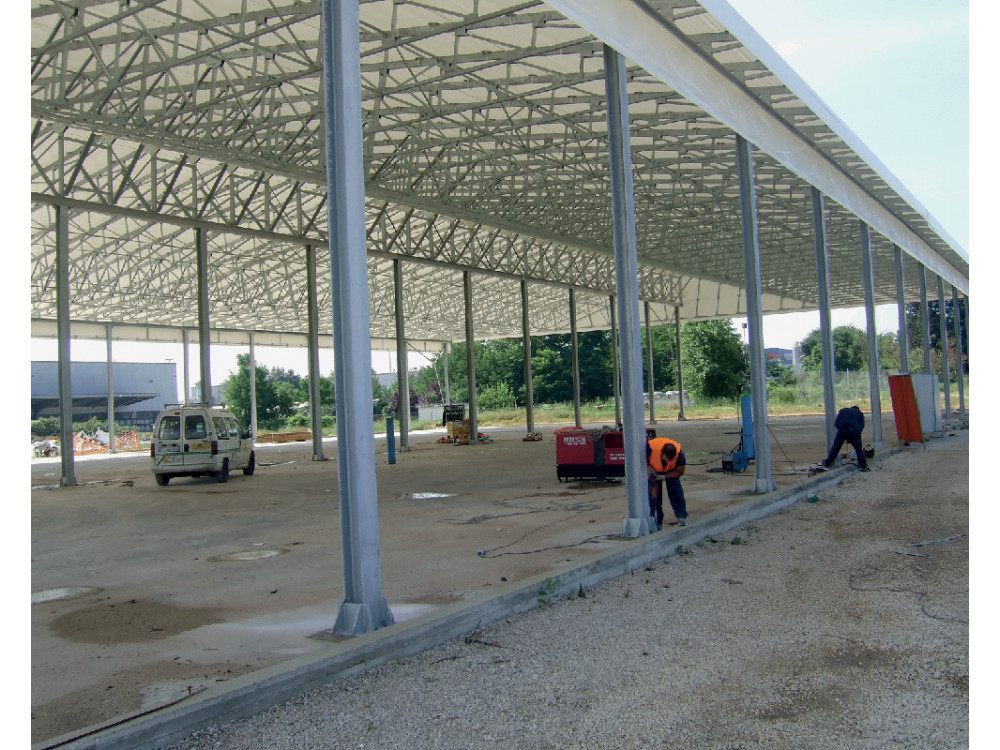 Tettoia di copertura industriale in lamiera zincata per area esterna