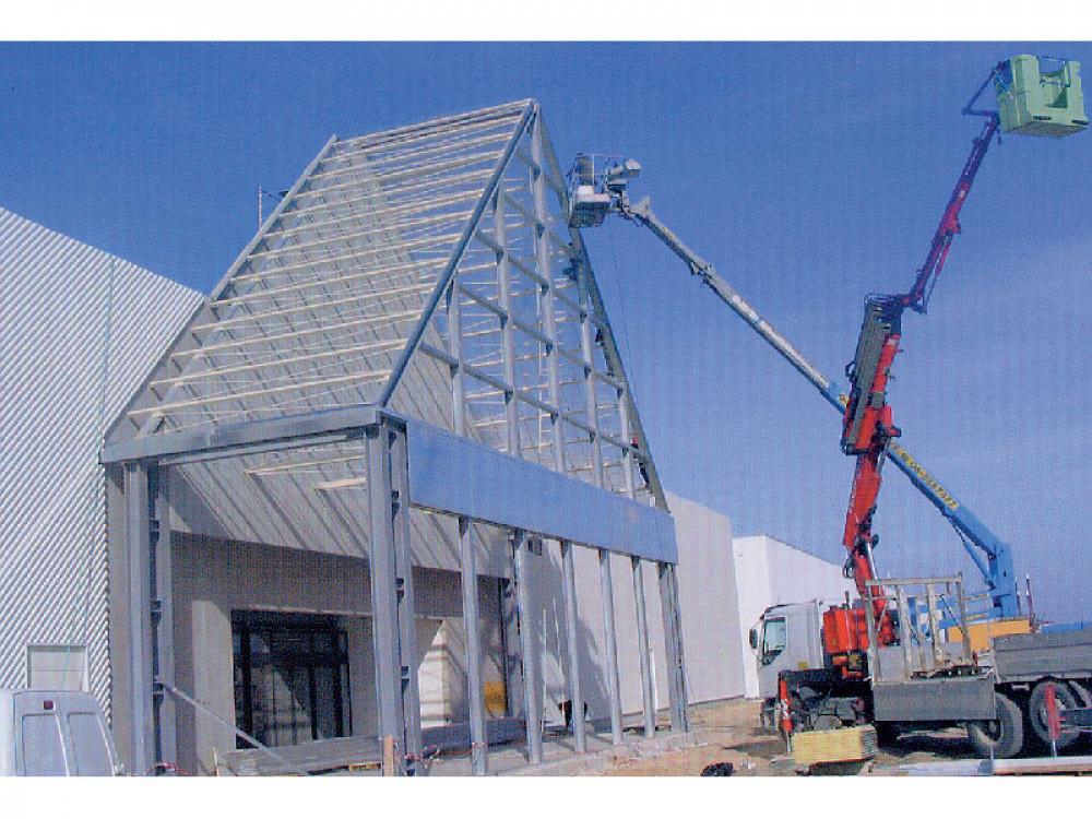 Esecuzione di strutture metalliche a completamento di edifici