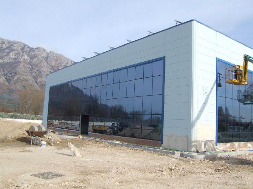 Allestimento di facciate continue in vetro su struttura in CLS