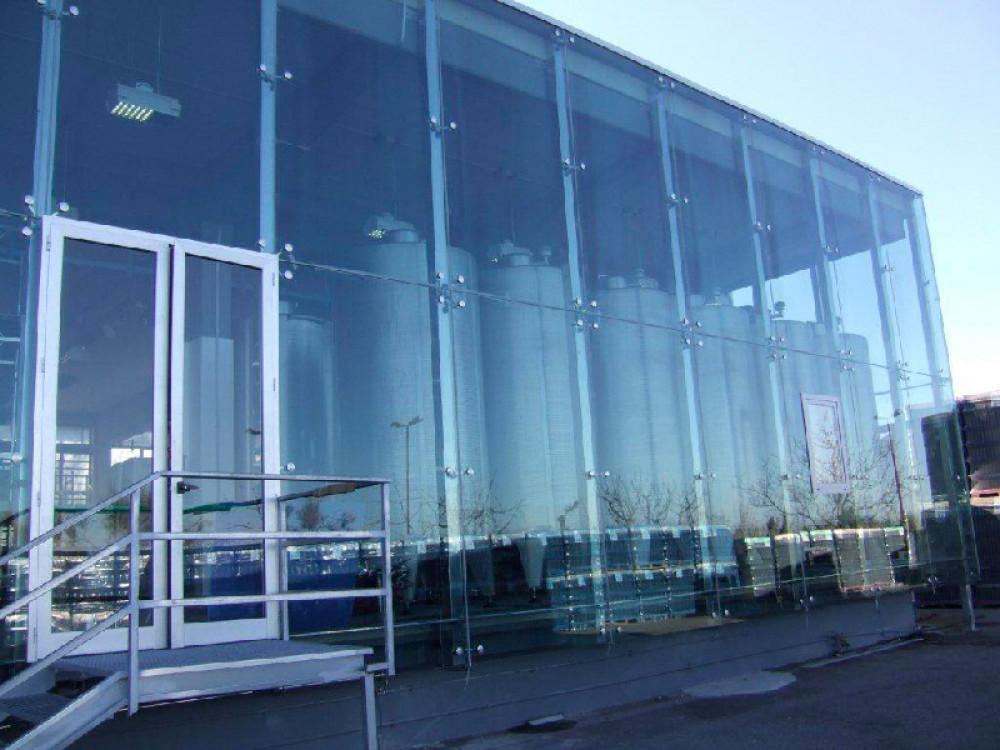 Facciate strutturali in vetro a protezione di sito di produzione e stoccaggio