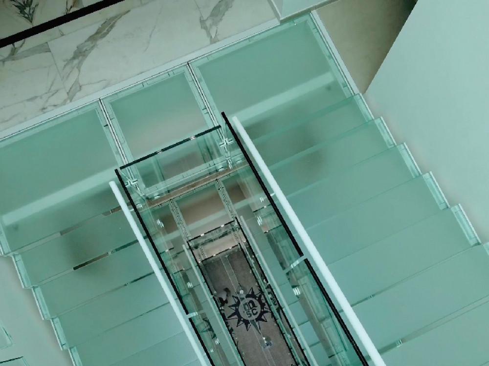 Scala in carpenteria metallica e vetro per nave da crociera