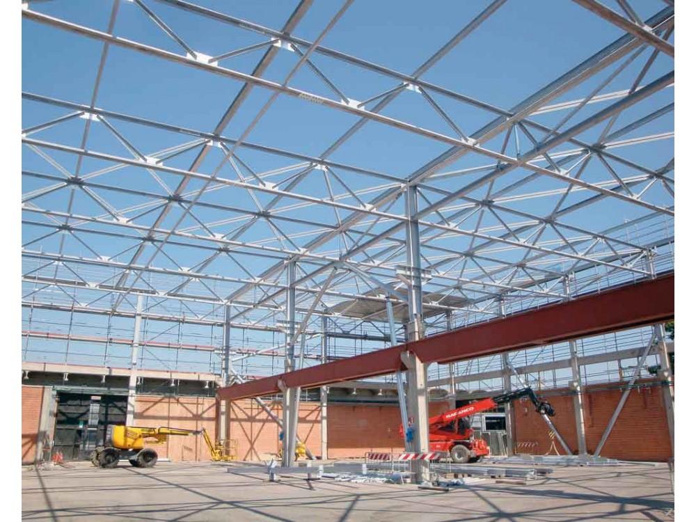 Assemblaggio di struttura autoportante per copertura magazzino