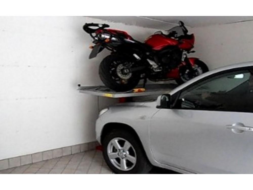 Sdoppiatore a pedana per posto moto in garage residenziale