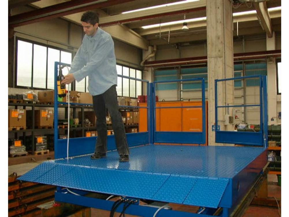 Piattaforma a pantografo per carico/scarico merci da automezzi