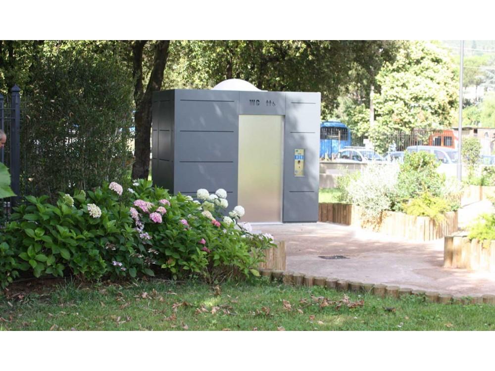 Bagno automatico e autopulente per esterni Tcab installato a Camaiore