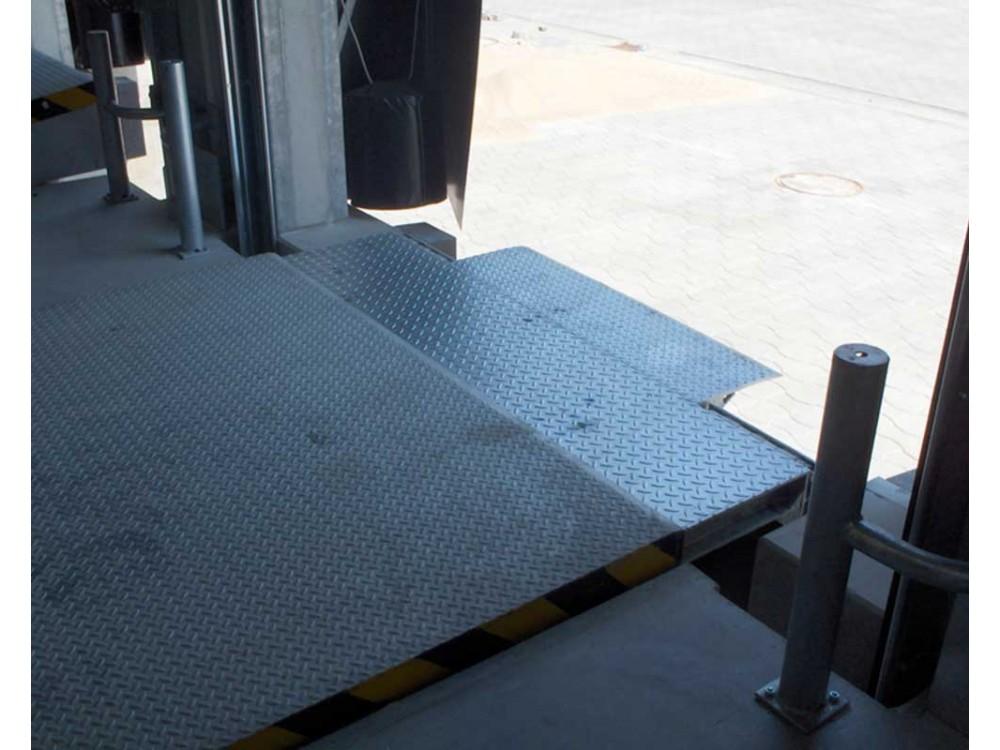 Pedana di carico idraulica con becco telescopico